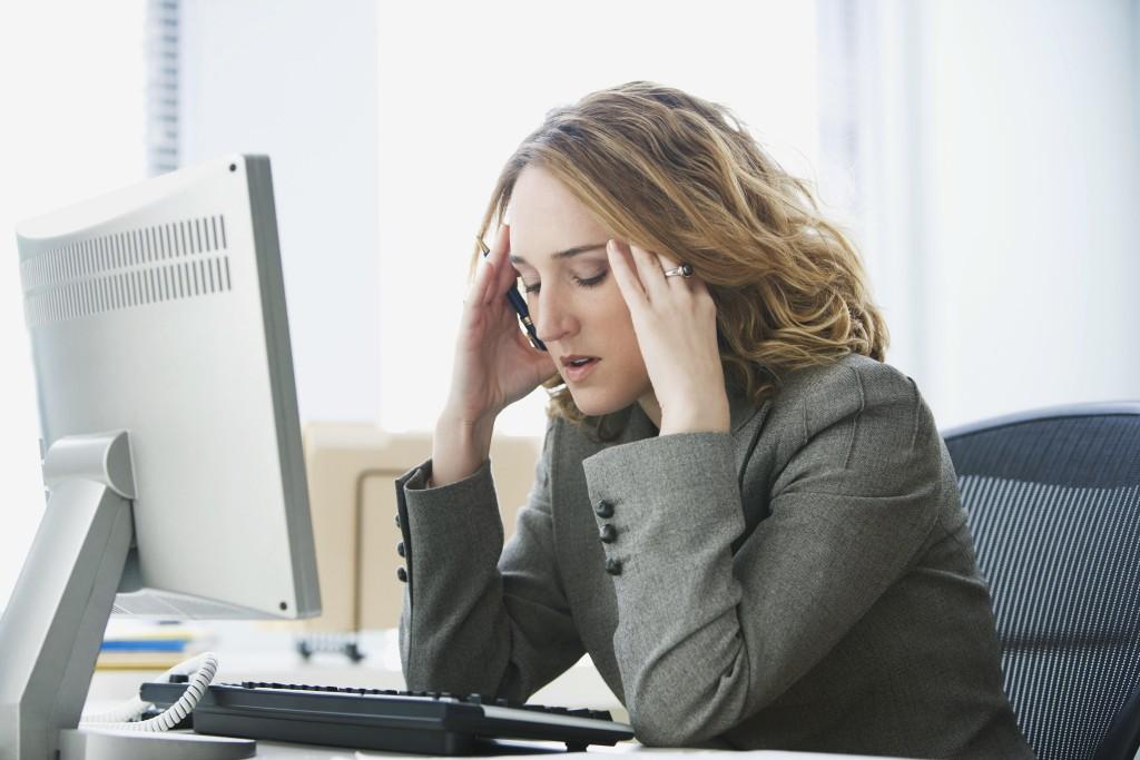 Frau mit Stress vor Bildschirm