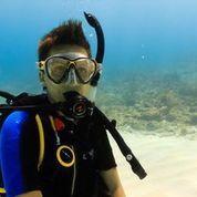 Conni Biesalski beim Tauchgang am Meer unter Wasser Portrait