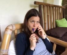 Katrin kiefelend an einem Stift, unangenehmes Telefonat