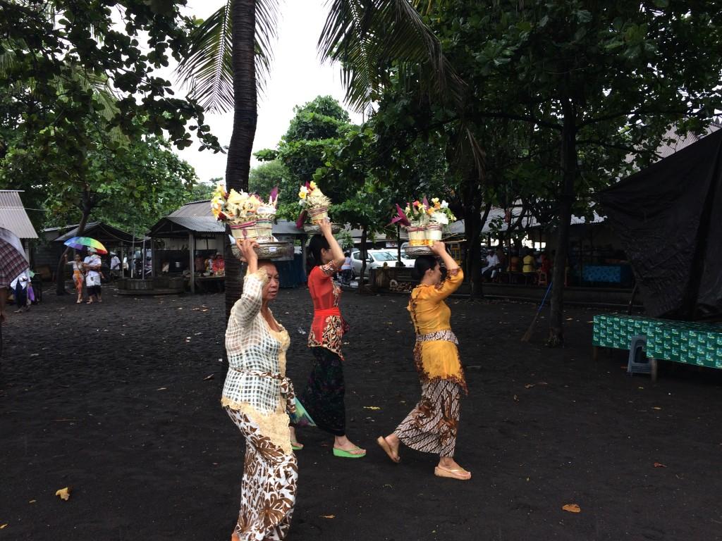 Balinesische Frauen bei der Opfergabe; balinesische Frauen in traditionellen Kleidern