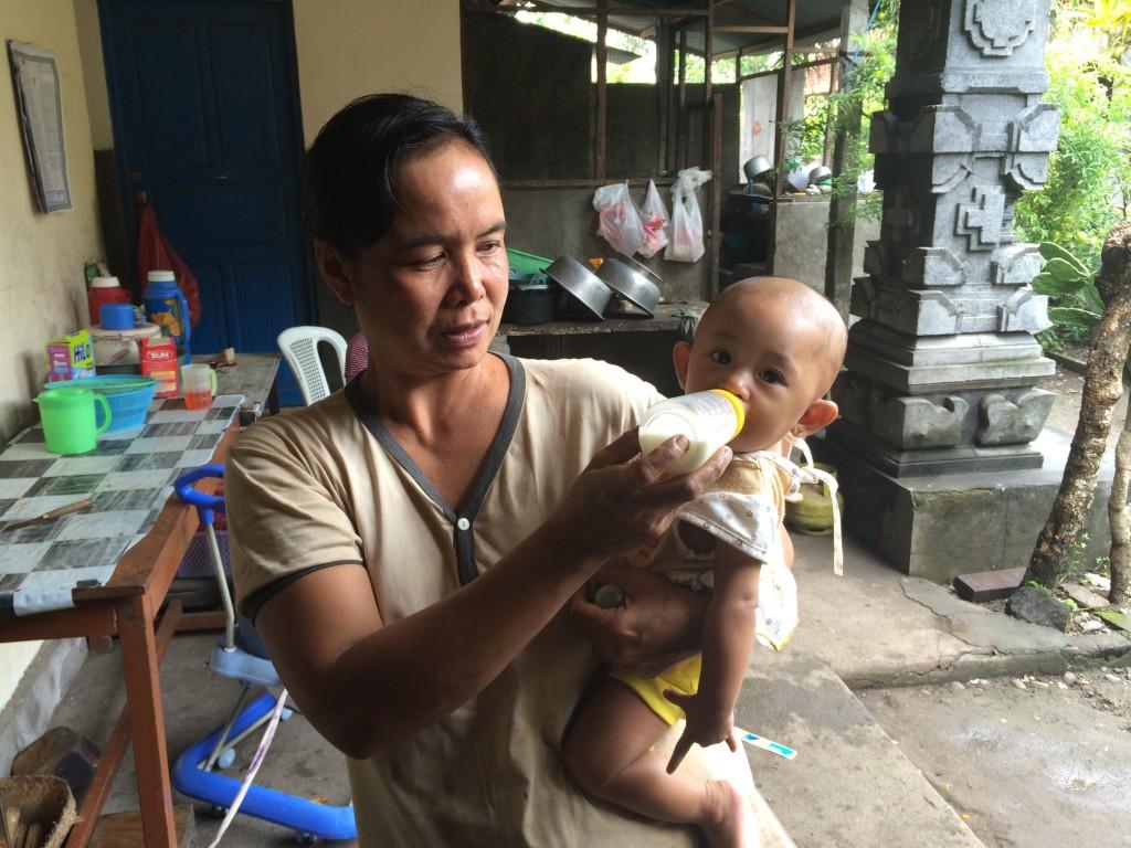 Bali Frau gibt Baby zu trinken