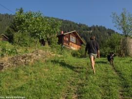 Peter Kahn mit Hund am Ederhof, Auszeit Almhütte, Ferienwohnung, Berge